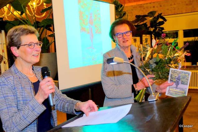 Eerste exemplaar Jaarboek Heemkunde voor Anny Reinders